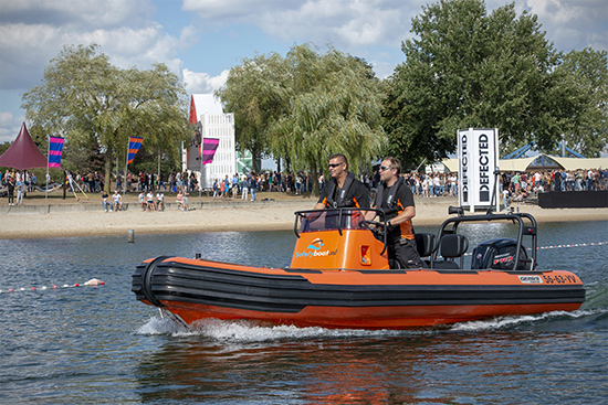 Reddingsboot bij een evenement
