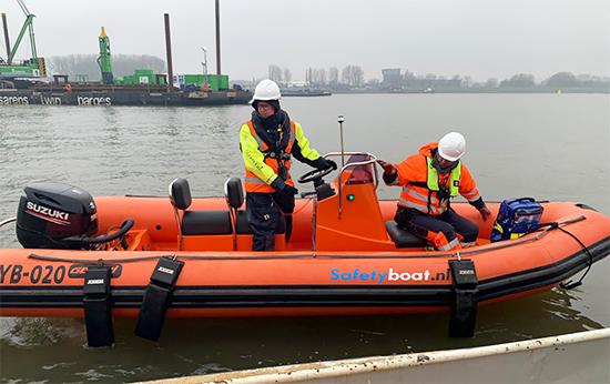 Reddingsboot bij waterbouw